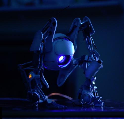 Отпечатанная в 3Д игрушка робота Атлас из Портала, ночное освещение