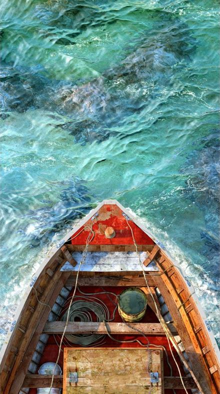 Старая красная лодка на безумно красивом зеленовато-синем море